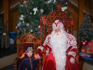 """Сам Дедушка Мороз восседает на троне! Ну, а детишки по очереди взбираются на """"трончик"""""""
