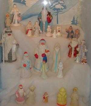 Таких Дедов Морозов и Снегурочек традиционно ставили под елку
