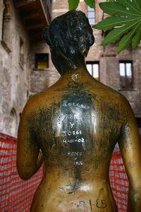 """""""Отполированная"""" туристами бронзовая статуя во дворе дома Джульетты"""