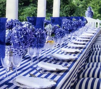 Бело-синяя сервировка в морском стиле