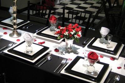 Черно-бело-красная сервировка