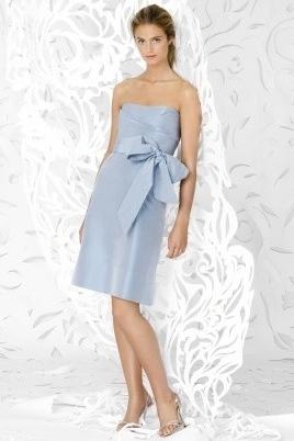 Платье может быть с открытым верхом, но при этом длина должна быть не короткой (Lela Rose)