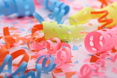 бумажная вечеринка на день секретаря или в честь получения диплома
