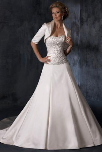 Что касается цвета свадебного платья, то традиционное кипенно-белое платье подойдет для зимней свадьбы как нельзя кстати. Однако можно добавить цветные