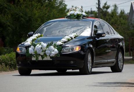 украшение свадебного автомобиля цветами