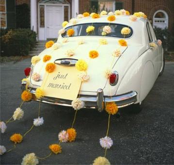 помпоны в украшении свадебного авто