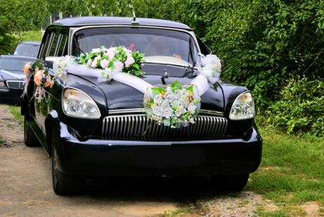 украшение свадебного автомобиля цветами и тканью