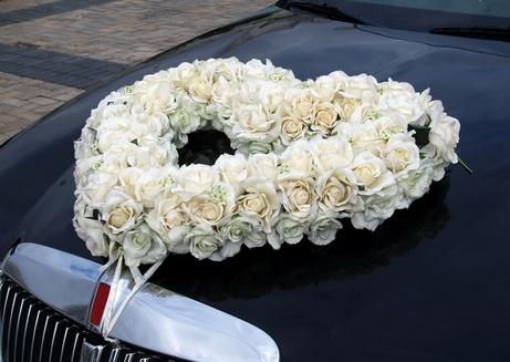 украшение из цветов для свадебной машины