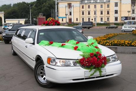 украшение свадебного автомобиля тканью и цветами
