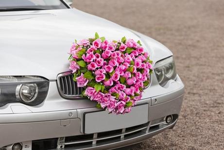 сердце из цветов на свадебном автомобиле