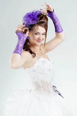 невеста в бело-фиолетовом наряде