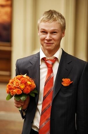 жених на оранжевой свадьбе