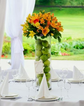 украшение стола на оранжевой свадьбе