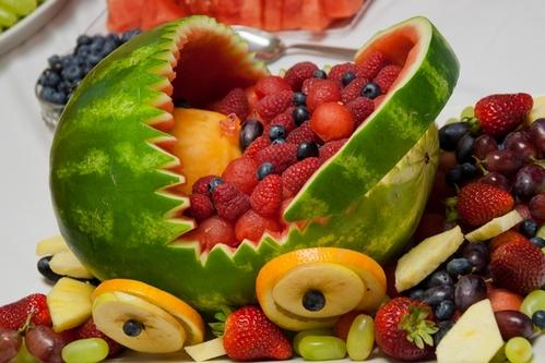 салат из ягод и фруктов в арбузе