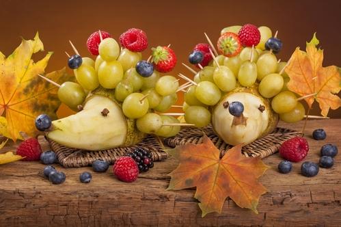 ежики из фруктов и ягод