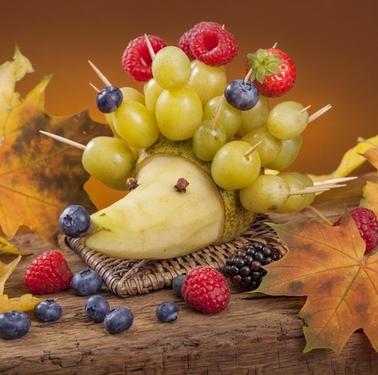 ежики из груши и винограда