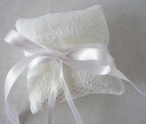 белая подушечка для колец с ленточками