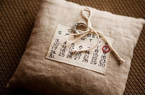 свадебная подушечка для колец с календарем